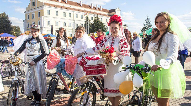пинск 920 лет, день города пинск, забьег бородачей пинск, невеста на велосипеде пинск, косплей парад пинск