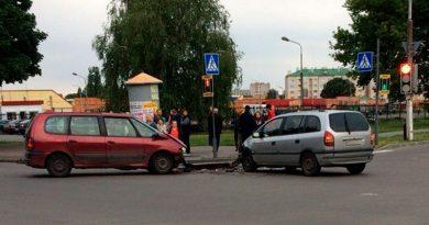 Два минивена столкнулись на День независимости в Пинске (ВИДЕО)